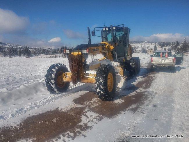 Mersin'de Kar Yağışından Kapanan Yollar Açılıyor