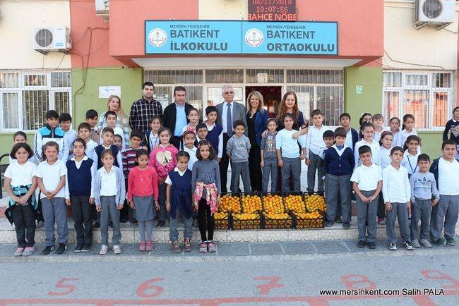 Mersin'de Öğrencilere Narenciye Dağıtıldı