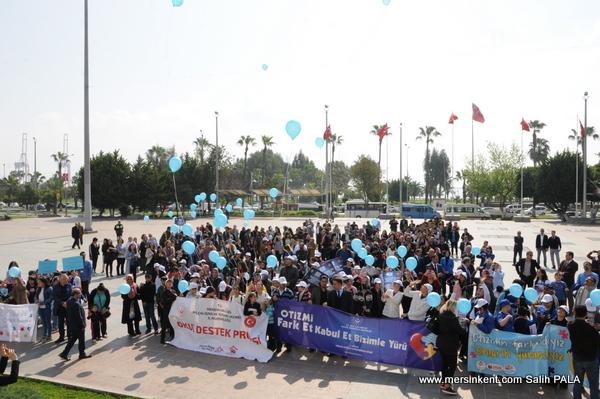 Mersin'de Otizm Farkındalık Günü'nde Balonlar Uçuruldu