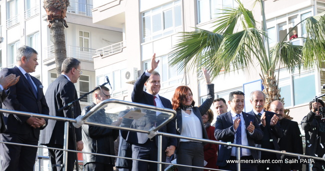 Mersin'de Vahap Seçer'e Coşkulu Karşılama