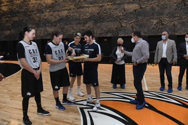 Başkan Özyiğit'ten Basketbolculara Tatlı İkramı