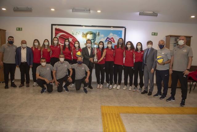 Başkan Seçer, 1. Lige Yükselen GSK Kadın Voleybol Takımını Kabul Etti
