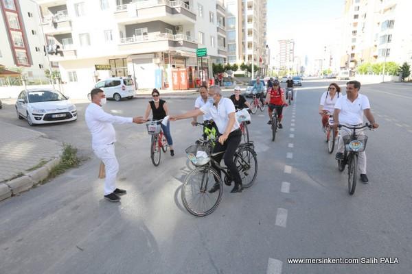Başkan Tarhan, Bisikletle 20 Km Boyunca Maske Dağıttı